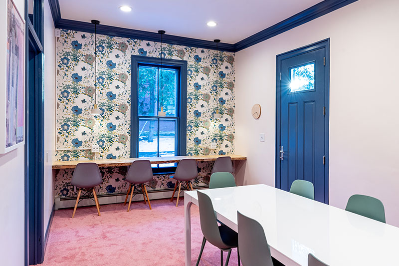 roomo with wallpaper and desks